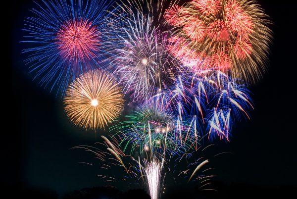 夏に花火大会の開催が多いのはなぜ?打ち上げ花火の種類とマナー